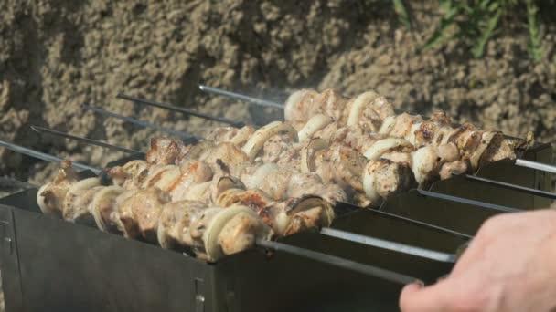 Grilování s lahodným grilovaným masem na grilu