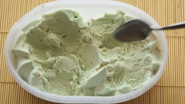 Dvě osoby se pistáciovou zmrzlinou