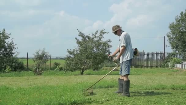 Trávníkář seká trávu venku