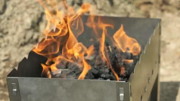 Plameny se jiskry na uhlí na grilu