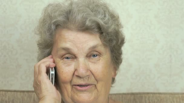 Žena drží v rukou mobilní telefon