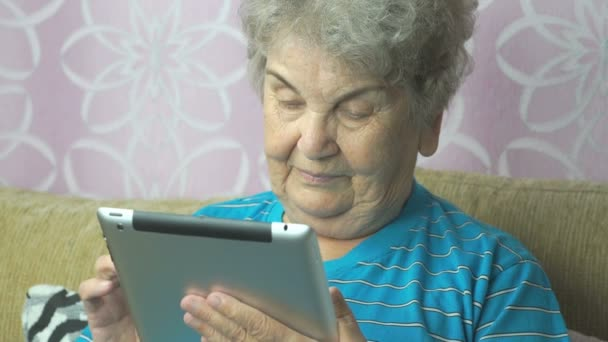 Žena používající počítač tabletu