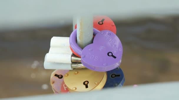 Svatební barevné zámky visí na železnou trubkou