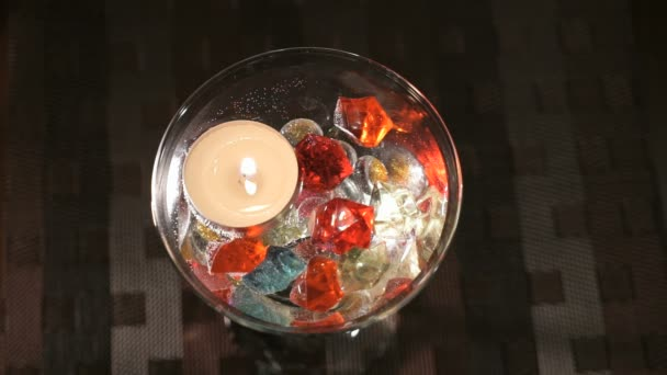 Candela Burning in un vetro sparsi in pietre preziose. Offerta mani e cuori