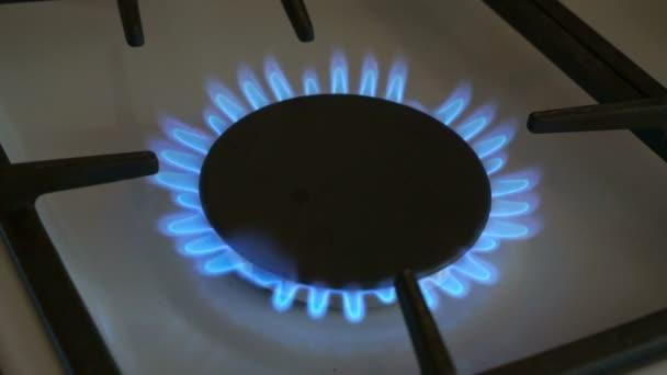 ein Gasbrenner brennt blaue Flamme auf einem Gasherd