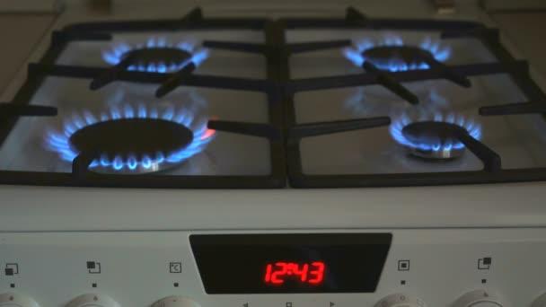 vier Gasbrenner brennen blaue Flamme auf einem Gasherd