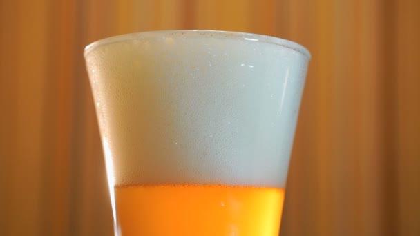 Van átlátszó üveg világos sör az asztalon