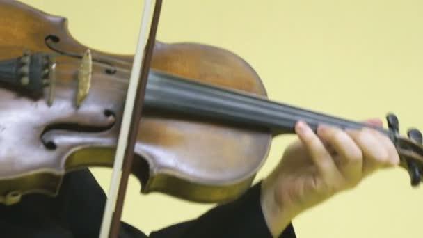 A lány hegedülni