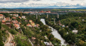 Blick von der Burg Znojemsky hrad in der Stadt Znojmo in der Tschechischen Republik mit Fluss Dyje, Eisenbahnbrücke, Kloster Loucky klaster und Palava-Gebirge im Hintergrund