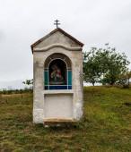 Malá kamenná kaplička s malbou Panny Marie s Ježíšem Kristem u Havranického vresoviště v Národním parku Podyji