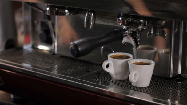 Barista felveszi két csésze friss készített eszpresszó. Közepes lövés