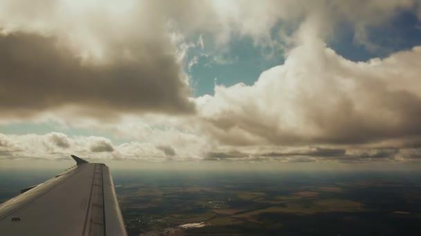 Vista dalla finestra dellaeroplano. Volando sotto le nuvole