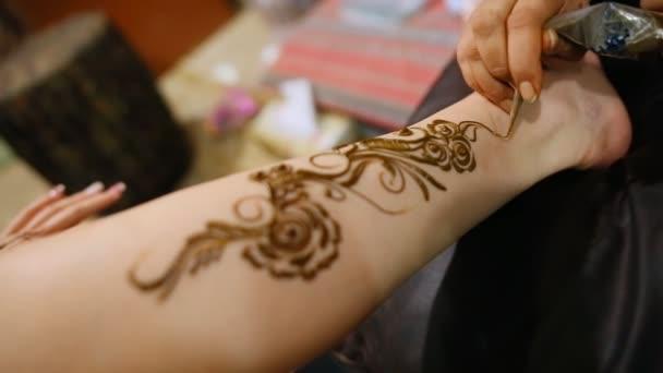Mehndi. Mester teszi henna minta modellek láb