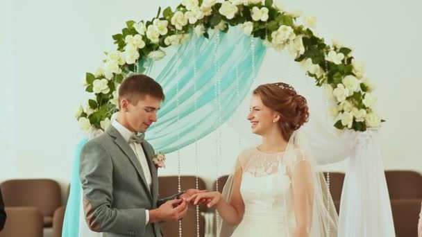 Lo sposo porta un anello di nozze per la sposa