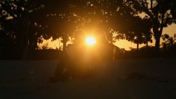 Láska, pár objímat při západu slunce