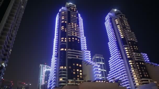 Modré mrakodrapy Dubaj v noci