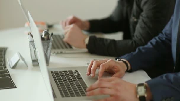 Két üzletember dolgozik, és megvitatni a projekt laptop ülésén