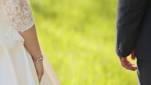 Giovani sposi coppia passa la holding, cerimonia matrimonio giorno