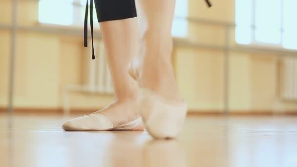 mladá baletka tance, záběr na nohy a boty