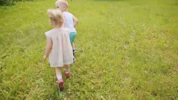 Děti běží po zelené trávě