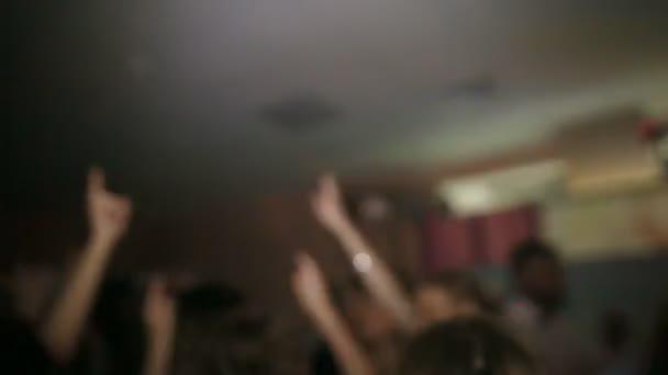 Mädchen tanzen auf einer Party im club