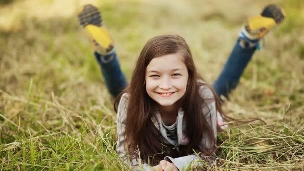 La giovane ragazza di 11 anni, sdraiato sullerba