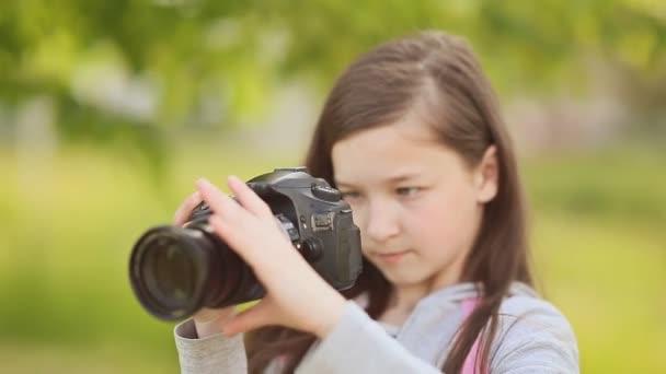 kleines Mädchen macht Fotos vor der Kamera.