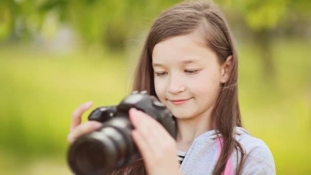 Malá dívka se fotí na kameru