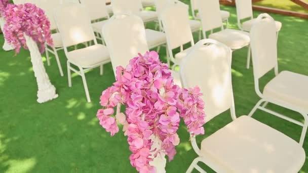 Bílá židle na svatební obřad