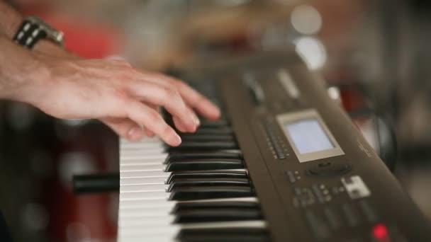 A zenész kezében játszott egy szintetizátor