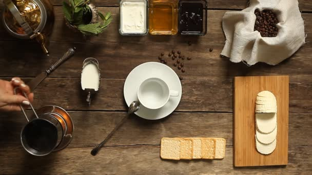 Kostra černá káva se vaří na ohni a nalil do poháru