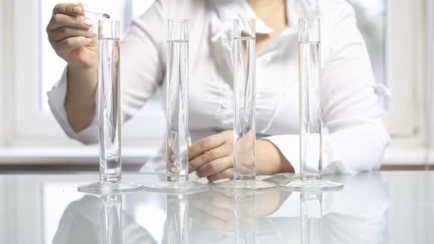 trubky v laboratoři. chemické reakce