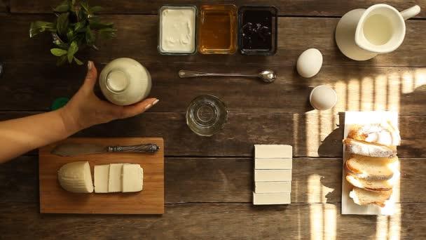 Zdravá snídaně. jogurt, mléko, vejce na rustikální stůl