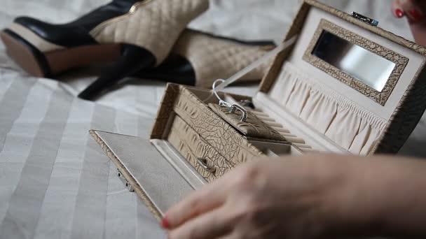 žena na cesty, boty, pytel a rukou detail
