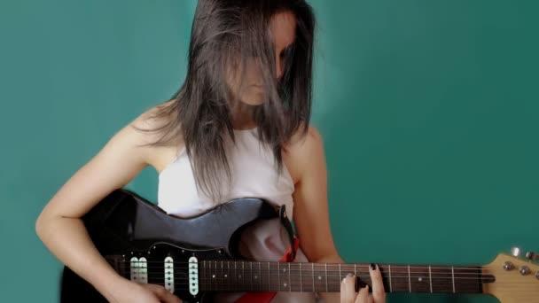 dívka s kytara stojící ve větru s létáním vlasy. HD cinemagraph - motion fotografie bezešvá smyčka