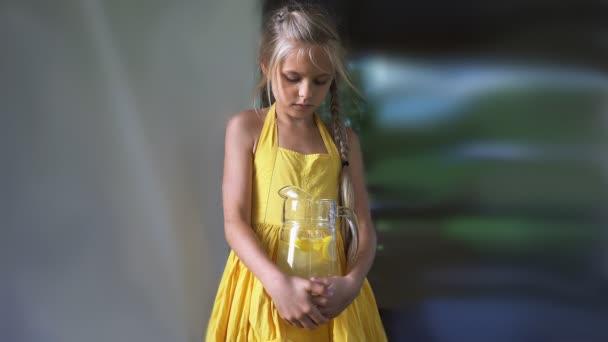 dívka v žlutých šatech s džbán limonády v rukou. Cinemagraph HD - pohybu Foto bezešvé smyčka