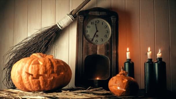 půlnoc na Halloween. dýně, svíčky, witchs koště a běh času