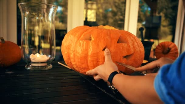 Žena, trhání velké dýně na Halloween. Příprava na dovolenou