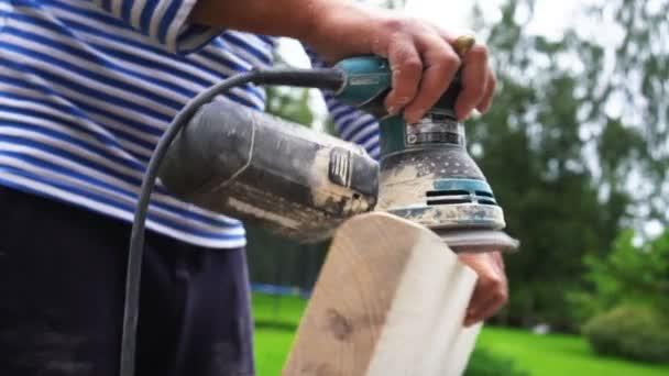 Carpenter fa sakktáblát polírozza. Vértes kezek