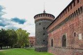 Fotografia frammento della parete del fortress e una torre angolare del Castello Sforzesco