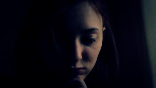 La cara de las niñas en el cuarto oscuro de cerca 4 — Vídeo de stock ...