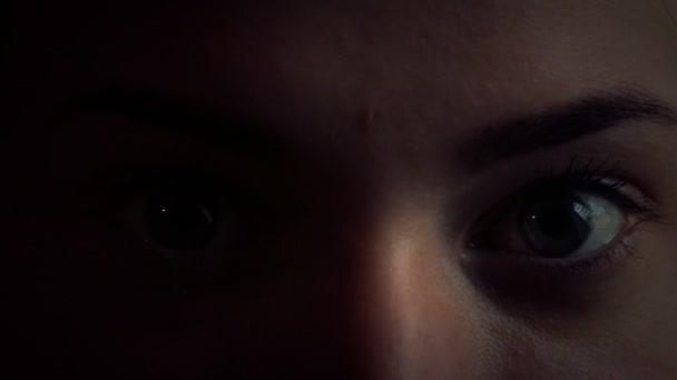 Zavřít oči dívky v temné místnosti 5