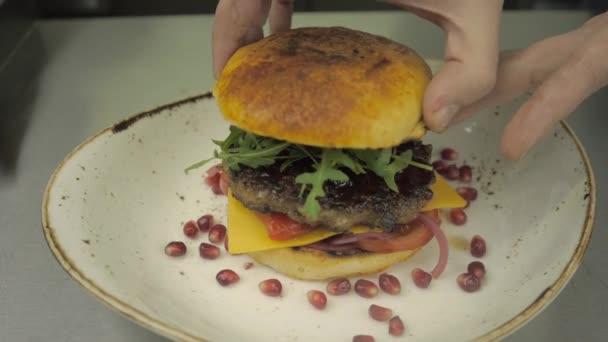 Domácí hamburger s granátového jablka a rukolou