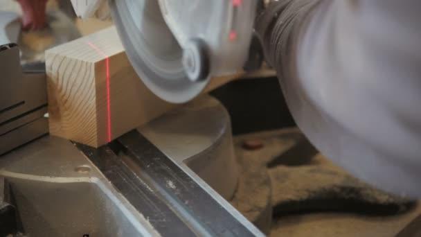 Closeup Carpenter řezání prkno dřeva od okružní pila