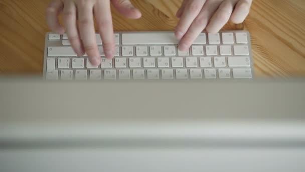 Pohled shora obchodního prostoru s rukama, psaní na počítači