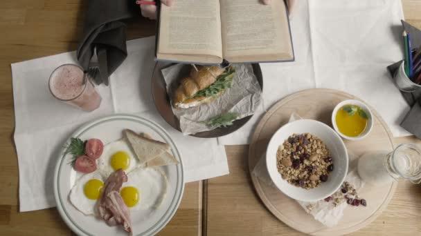 Top Zdravá snídaně ovesné kaše, vejce, müsli, šťáva, slanina, ořechy v moderní City Cafe