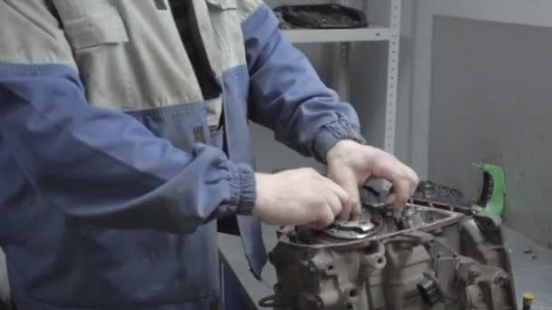 Automechanik, opravy auto motor a makro zobrazení automatického robota přenosu