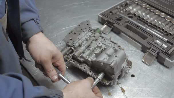 Autószerelő dolgozik a motor autószerviz.