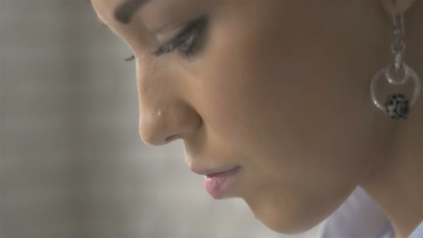 Portrét blízko profilu krásné ženy, pomocí přenosného počítače