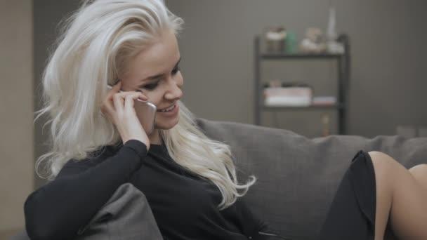 Atraktivní módní mladá dáma Model v černé košili na mobilním telefonu